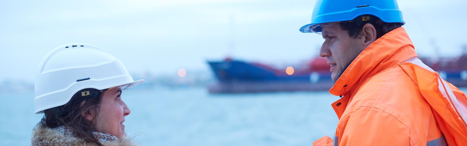 Échange entre deux employés du Groupe Roullier autour du transport maritime